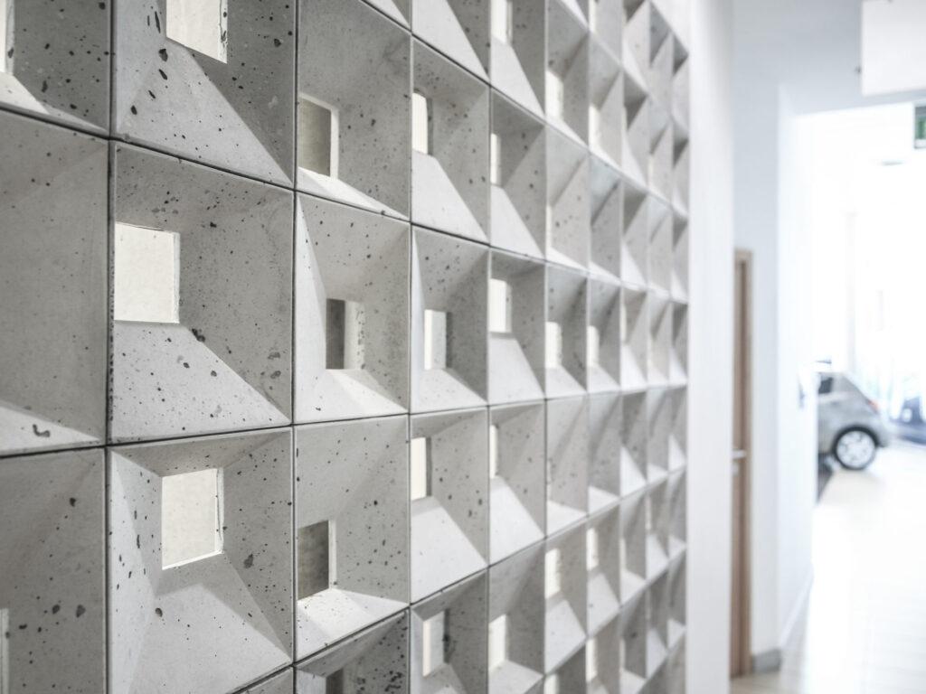 Bloczki 3D Block 1 z betonu architektonicznego - MILKE - TEKT Concrete - wnętrza salonu Carolina Toyota