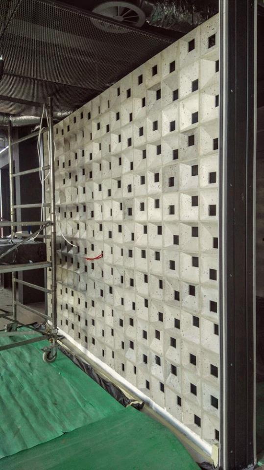 Bloczki 3D Block 1 z betonu architektonicznego - MILKE - TEKT Concrete - wnętrza salonu Carolina Toyota budowa