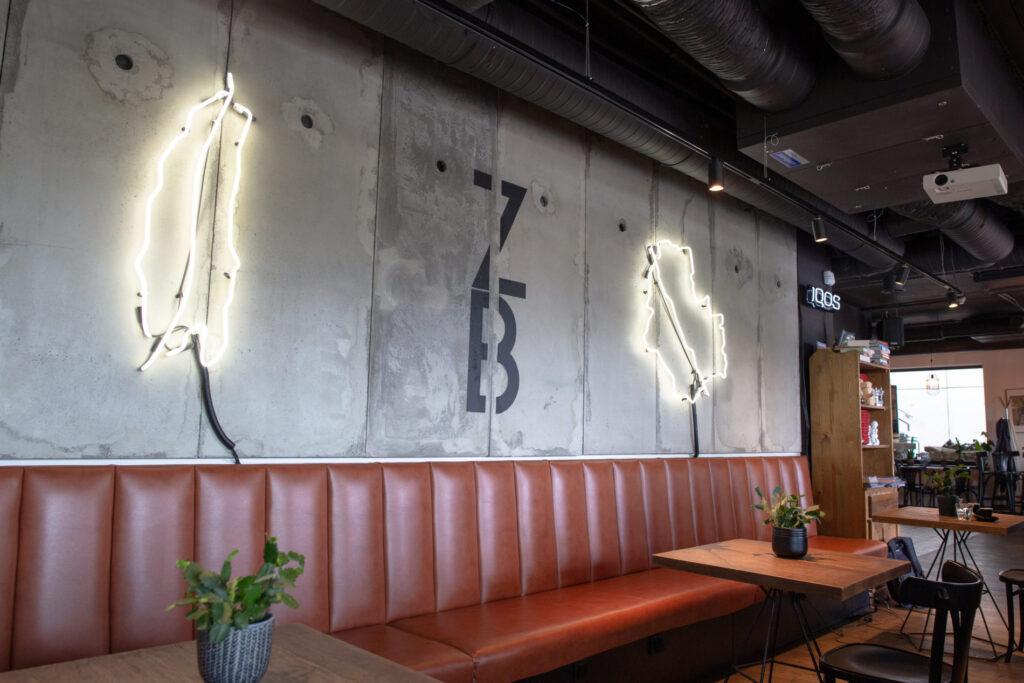 Płyty betonowe GRC MILKE w restauracji Zachodni Brzeg