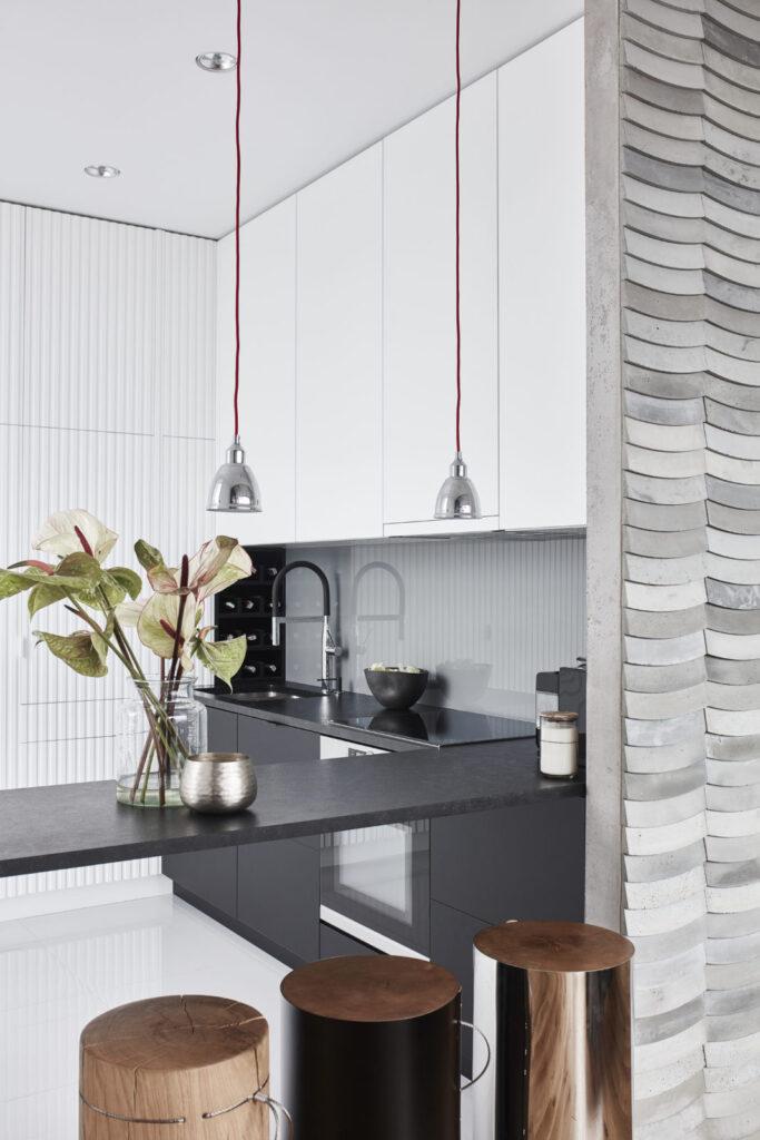 Kafle 3D WAVE z betonu architektonicznego na ścianie w kuchni - MILKE - TEKT Concrete - Gabinet Wnętrz