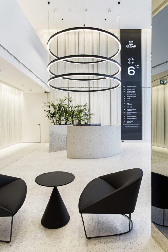 Płyty betonowe białe, ryflowane z betonu architektonicznego MILKE INWESTYCJE - hol biurowca Crown Square - lobby