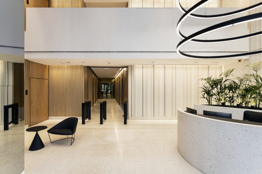 Płyty betonowe białe, ryflowane z betonu architektonicznego MILKE INWESTYCJE